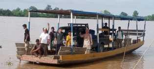 Jembatan Putus, Mobil Akhirnya Menyeberangi Sungai Pakai Ponton ke Pulau Kijang